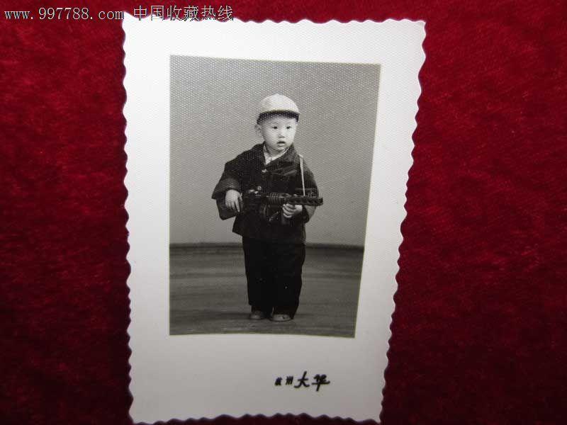 可爱的儿童端着冲锋枪怀旧老照片