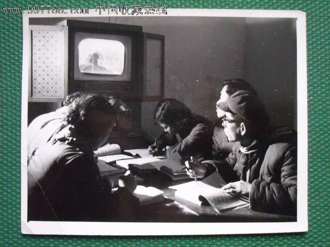 北京电大同仁堂职工在学习化学课