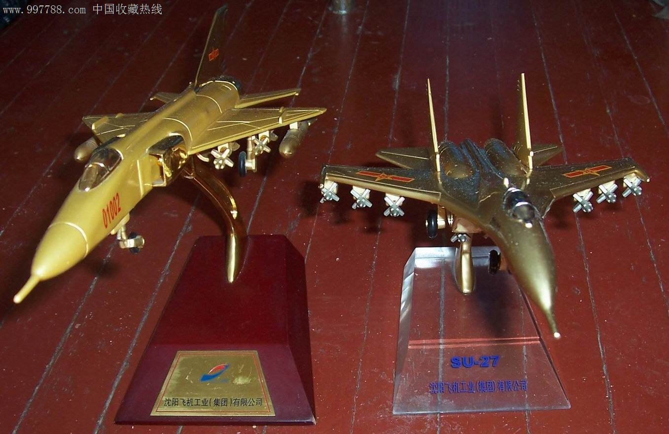 沈阳飞机工业集团su27苏27与另外一架飞机模型金黄色