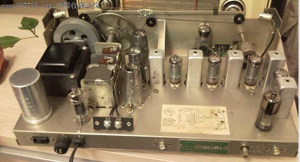 一台1960年产的根德3260收音机,尺寸565x330x217mm,重8.7KG。钢琴烤漆,9寸根德椭圆喇叭,声音篷,还有两个小高音。接收好,LW、MW、SW、FM四个波段,调频87~105,各波段均好,全机用胆:ECC85、ECH81、EBF8*、ECC83、ELL80(ECLL800)、EM82。仅面上的LOGO中间有一点点缺划.