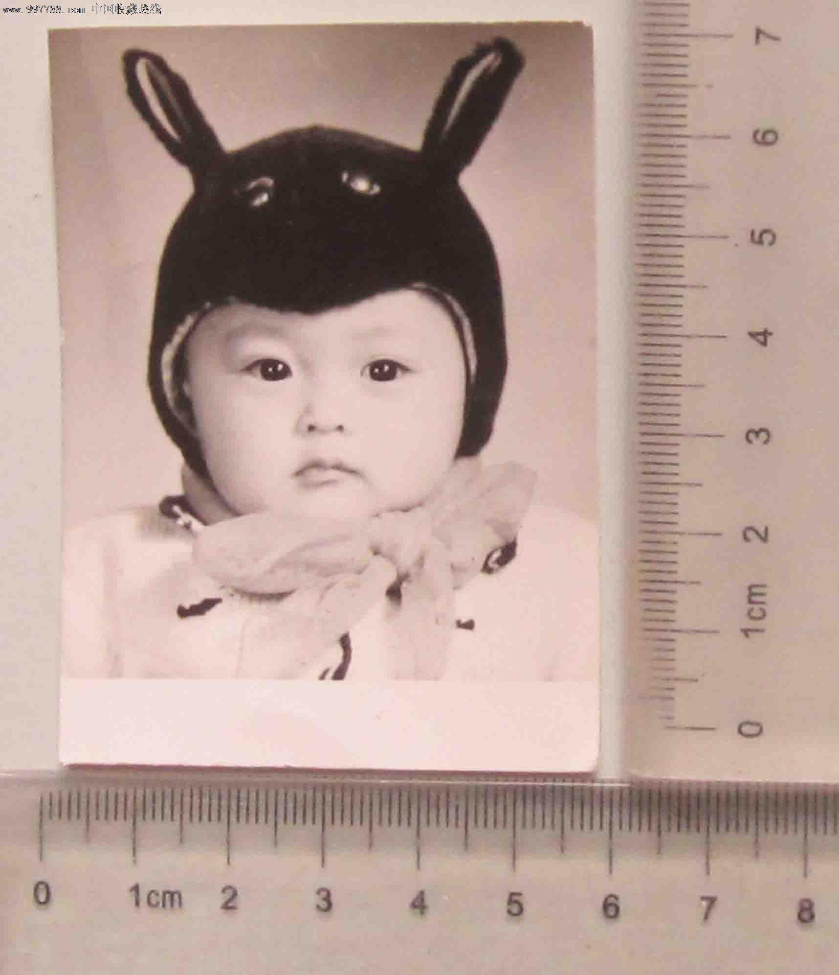 儿童戴着可爱的帽子(老照片)