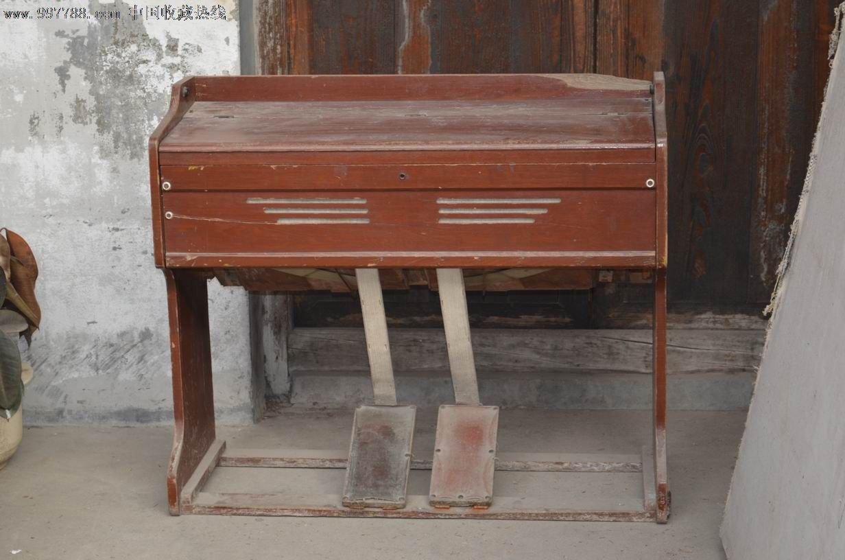 老脚踏式风琴图片