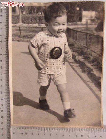 小男孩佩戴徽章留影(老照片)_价格元【京沪照片屋】_第1张_中国收藏