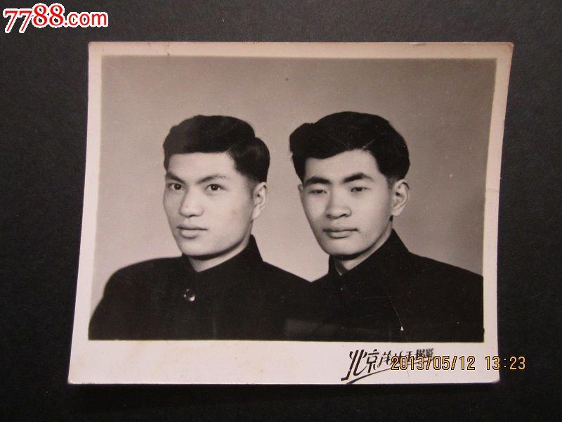 50年代-----男青年合影老照片一件【发型】7.7x6.2厘米图片