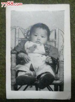 可爱的小孩黑白照片