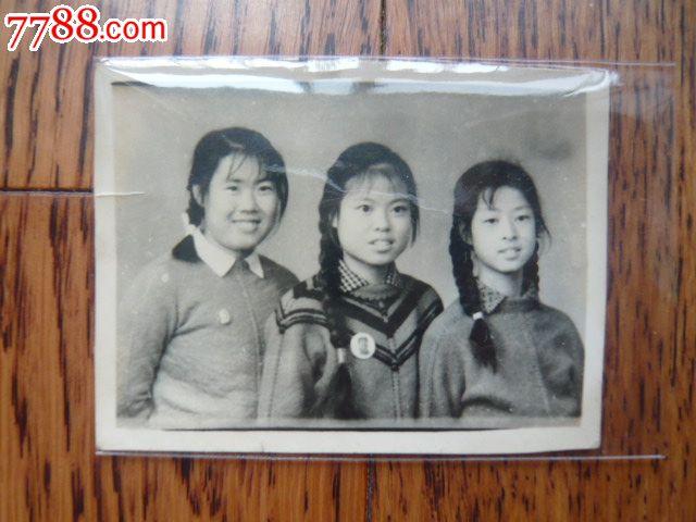 身带毛章的三姐妹