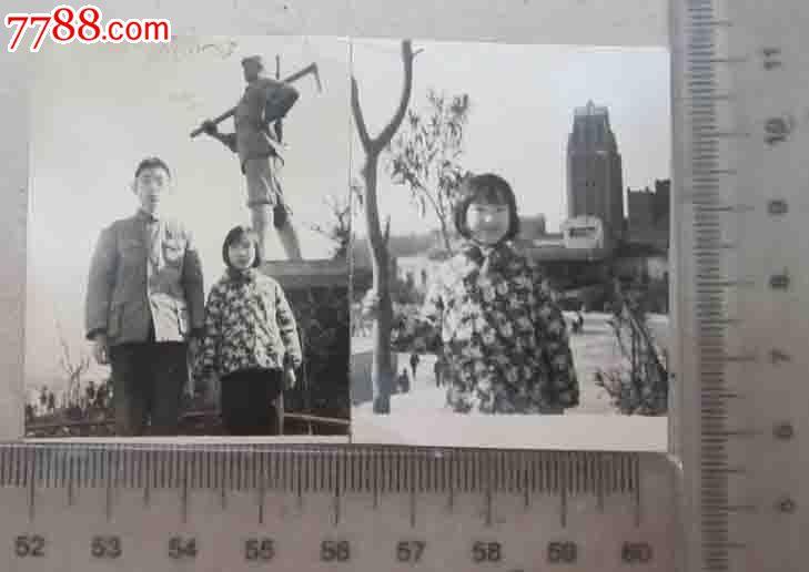 家人雕像前合影·可爱小女孩个人留影_老照片_京沪屋