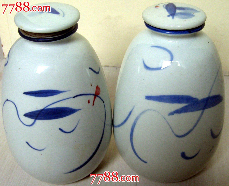 黑土地--景德镇手绘青花瓷瓶一对-图案不同-品相完好.