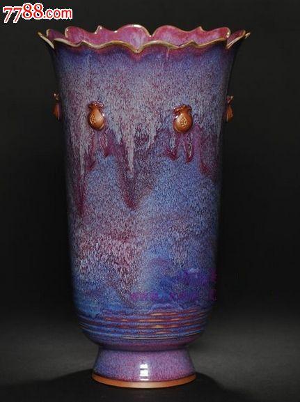 花瓶口部有雕刻花纹装饰,精美别致,瓶身釉面色泽瑰丽,艳丽绝伦,红比牡