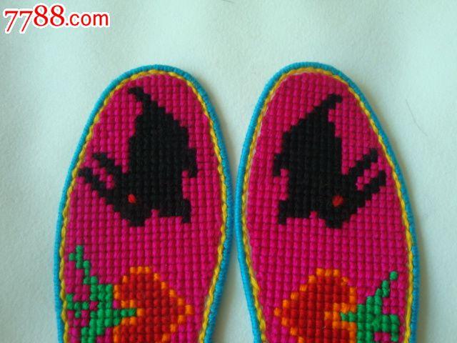 编号:布鞋垫: se20297706,000000000 属性:十字绣鞋垫,,年代不详,,其他图案,,其他尺码,,,,, 简介:如图,完整,漂亮,实用,全是农家妇女一针一线绣出来的,是您自用和馈赠亲朋好友的最佳礼品。 备注: 点评(0次)