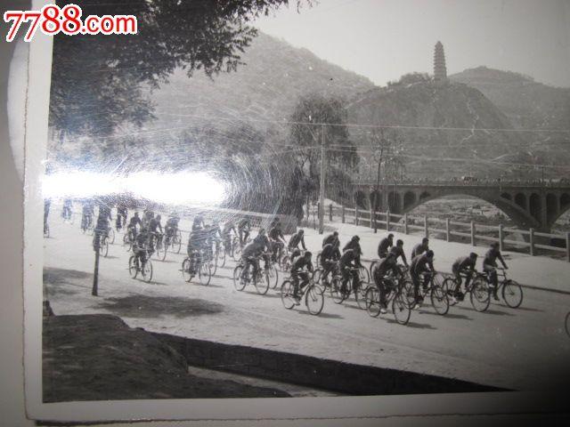 文革延安宝塔山下举行自行车比赛实录_老照片_纸醉金