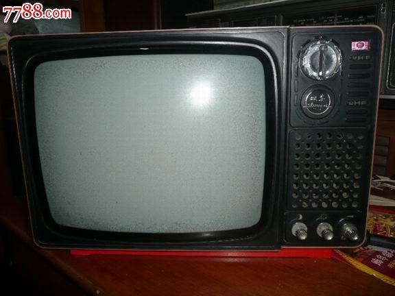稀少的电视机,12英寸,品相完整,使用仔细,能正常通电,喇叭响且屏亮,未接信号源不知可否显像。出给收藏或道具,以及酒店摆设复古用。品相如图自鉴。发快递60元,多退少补。