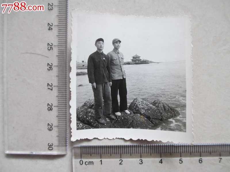 戴像章的两男人在青岛栈桥