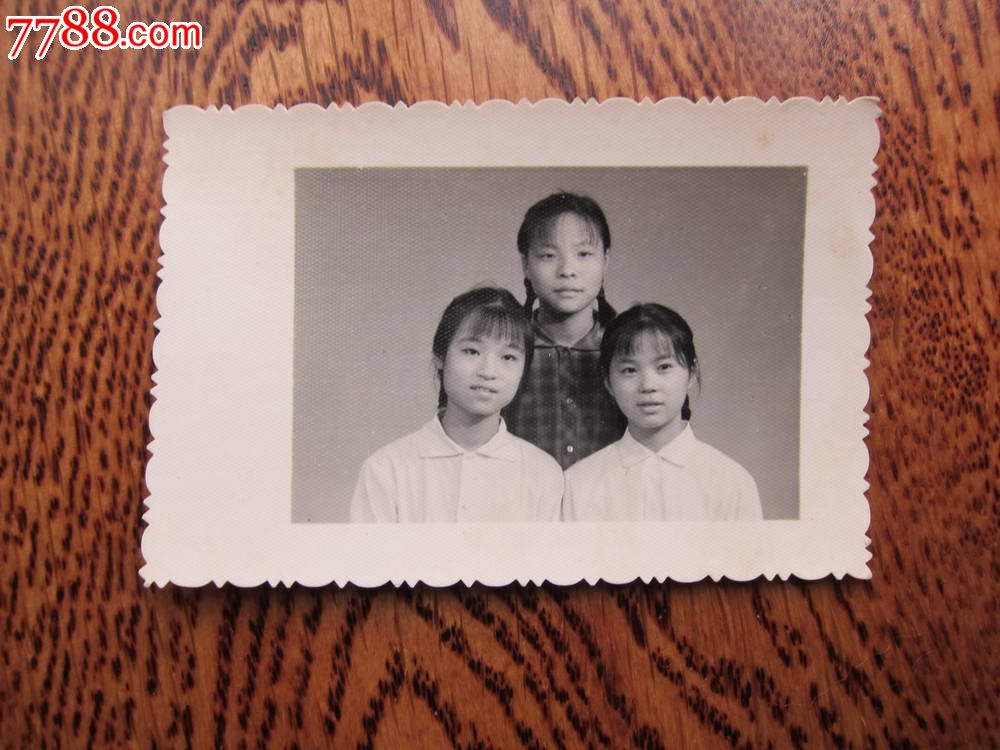 文革时期三姐妹合影老照片,很可爱