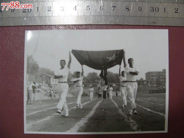 运动会手举国旗.彩纸黑白照
