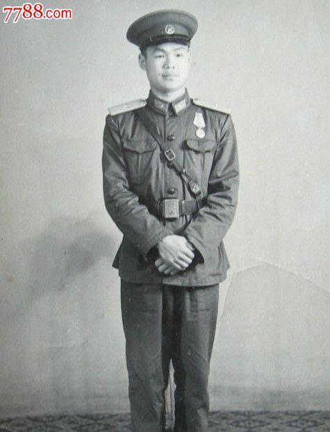 老照片:戴勋章的解放军军官
