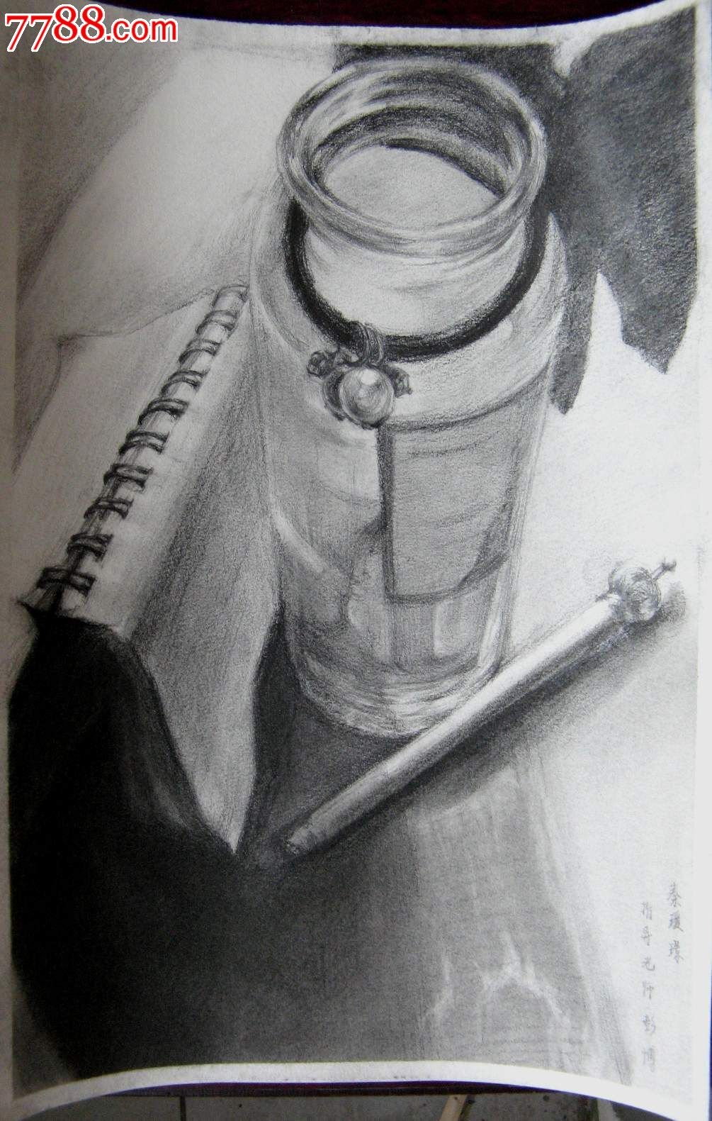 铅笔素描画:水杯和文具