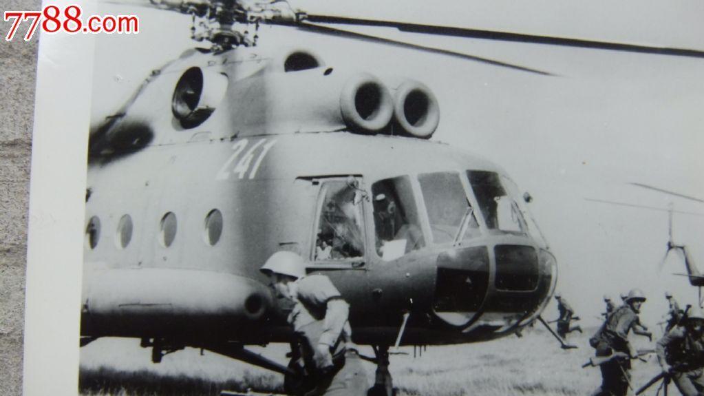 俄罗斯米-8,70年代直升机降落战地黑白老照片