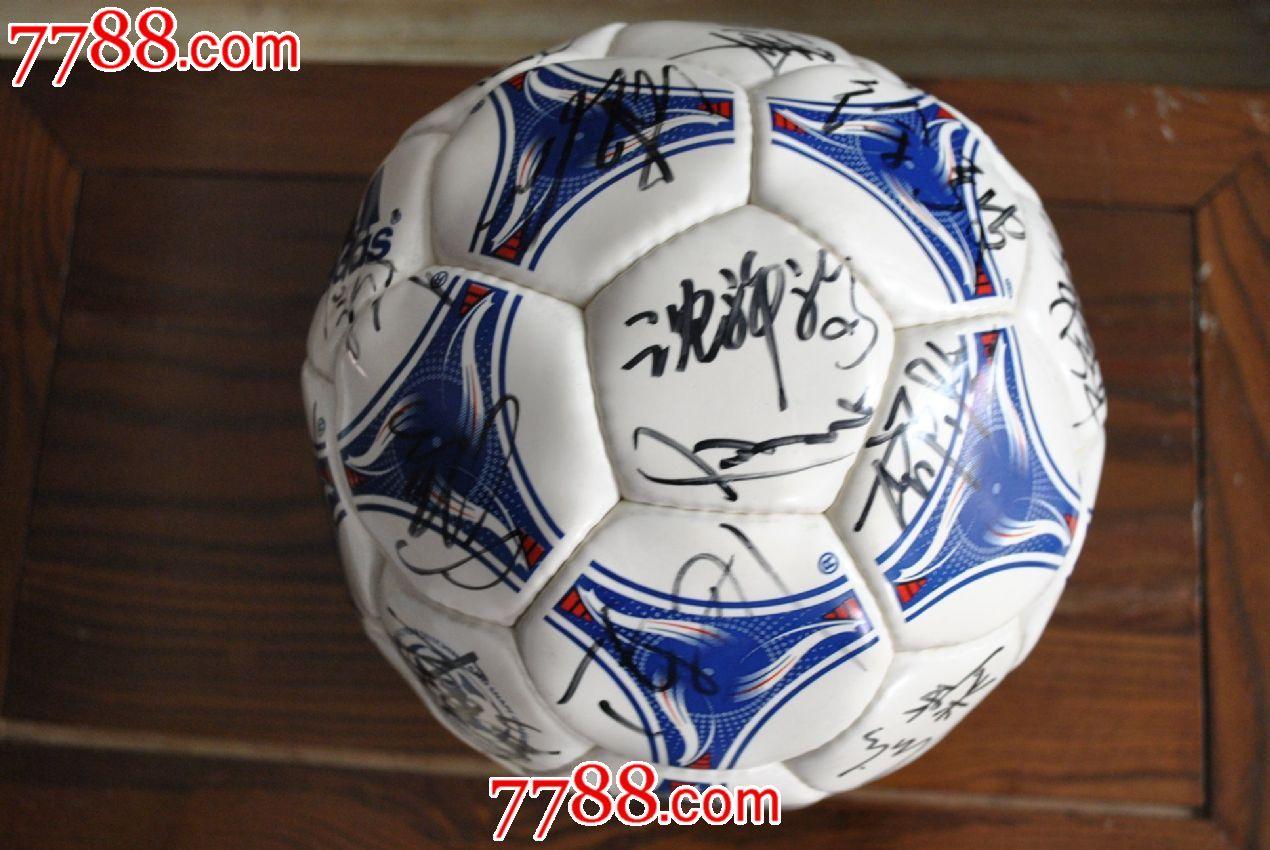 中国首次冲进世界杯教练和全体队员签字纪念足