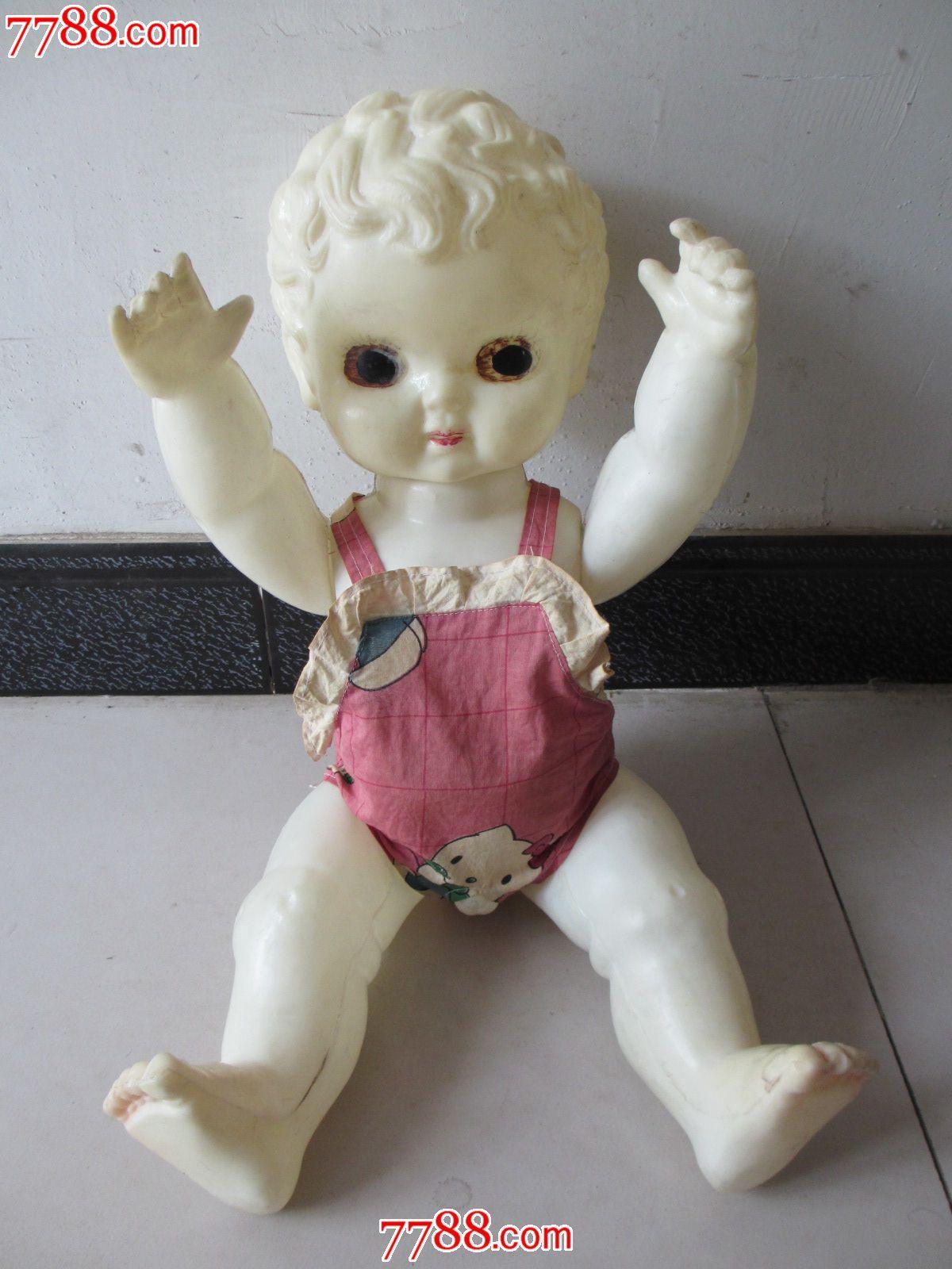 老塑料娃娃带衣服