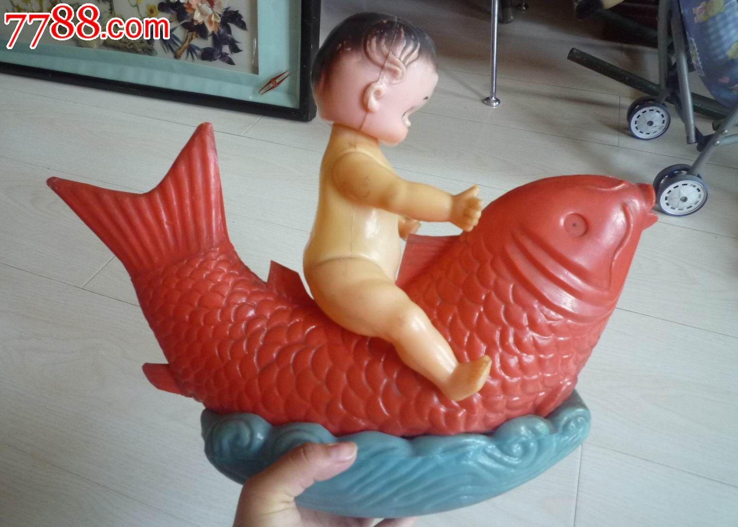 女孩娃娃骑鱼塑料不倒翁玩具